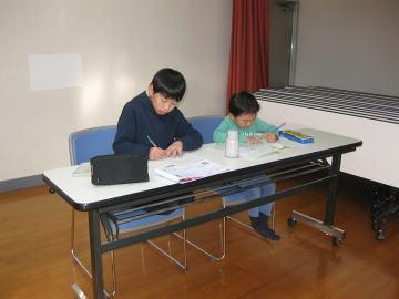 落合空手教室 宿題をがんばる生徒